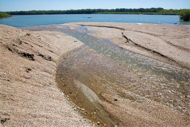 O assoreamento prejudica o escoamento das águas e a vazão dos rios