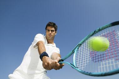 O atleta, ao rebater a bola de tênis com a raquete, dá-lhe um impulso