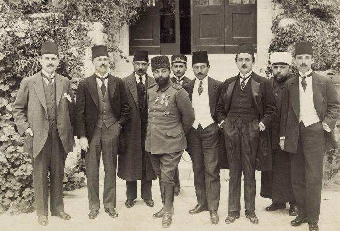 Ahmet Cemal, um dos três paxás do Império Otomano, em visita a Jerusalém durante a Primeira Guerra Mundial.*