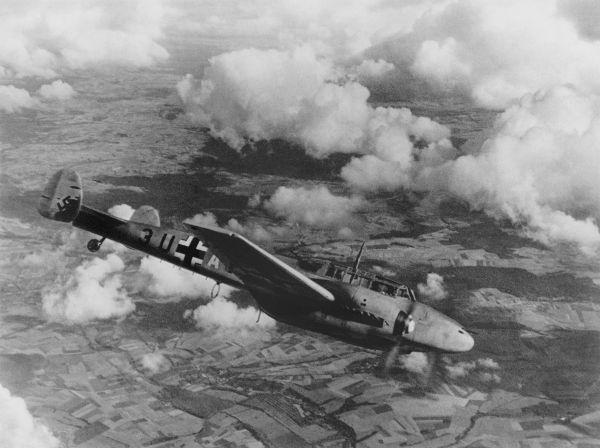 Avião alemão sobrevoando a Polônia durante a invasão em 1939