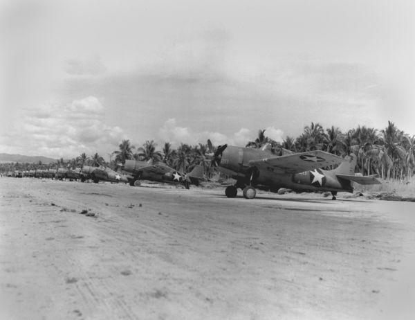 Aviões americanos na base aérea da ilha de Guadalcanal. Foto de janeiro de 1943