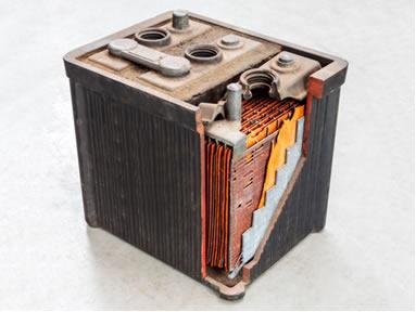 Imagem de bateria de chumbo por dentro e das partes que a compõem