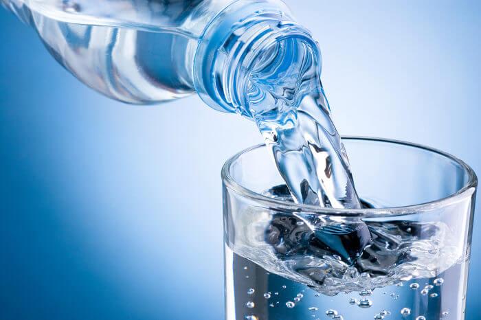 Recomenda-se a ingestão de pelo menos dois litros de água por dia.