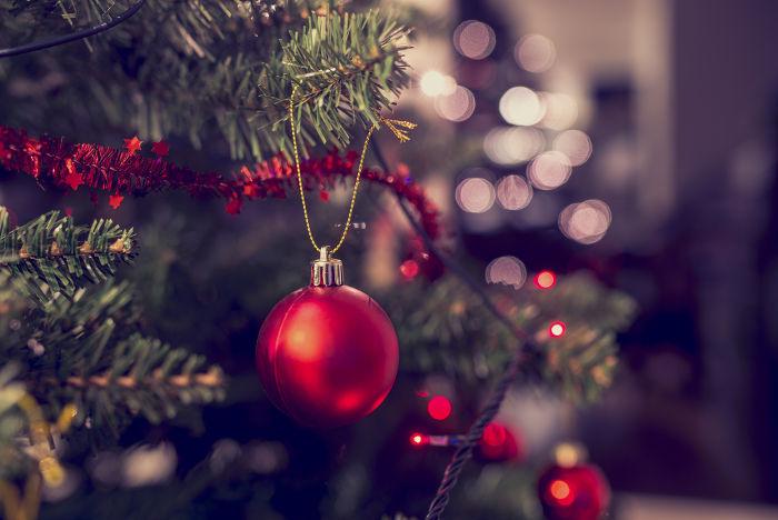As bolas de Natal começaram a ser produzidas no século XIX por um vidraceiro alemão. Antes, usava-se maçãs e nozes para enfeitar as árvores.