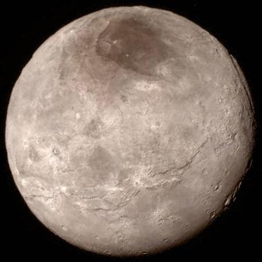 Caronte, a maior lua de Plutão, em imagem obtida pela New Horizons