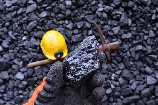 O carvão mineral é extraído da natureza por meio da mineração e é formado por processos de decomposição da matéria orgânica.