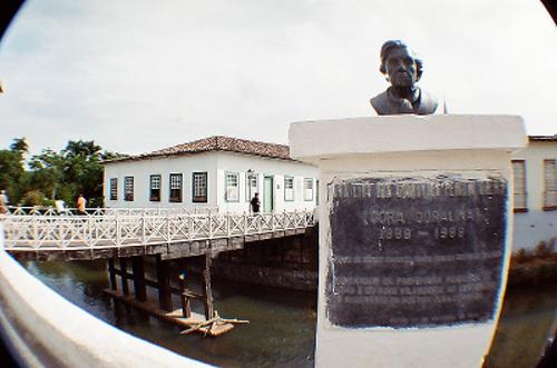 A Casa de Cora Coralina hoje abriga um museu em homenagem à escritora. A casa fica situada às margens do lendário Rio Vermelho *
