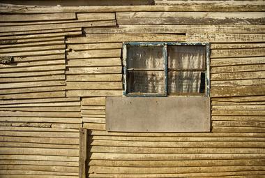 Existe uma solução barata e simples para acabar com o frio em casa de madeira e melhorar a saúde das crianças