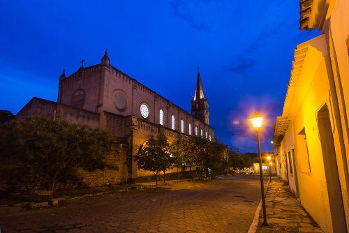 Nas ruas da Cidade de Goiás (GO), é realizada a Procissão do Fogaréu, que relembra a perseguição e prisão de Cristo*