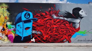 A arte do grafite desafia com sua dualidade entre a beleza colorida e o cenário urbano cinza.