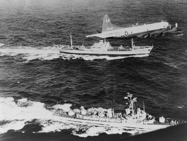 Mísseis soviéticos sendo escoltados por embarcação americana durante a Crise dos Mísseis, em 1962.