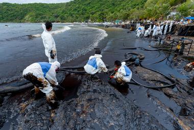 Poluição da água gerada por derramamento de Petróleo na Tailândia em 2013