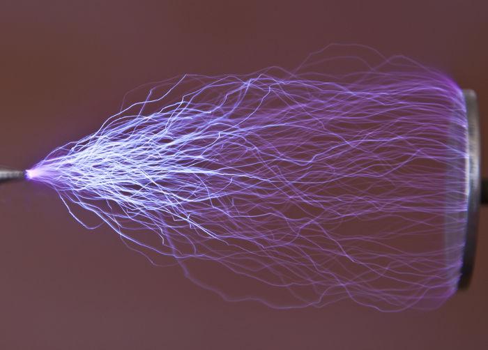 A excitação do ar atmosférico faz com que seus átomos emitam luz visível.