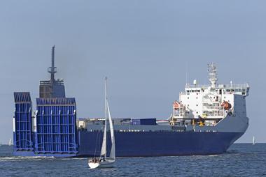 Barco em alto-mar realizando dessalinização da água