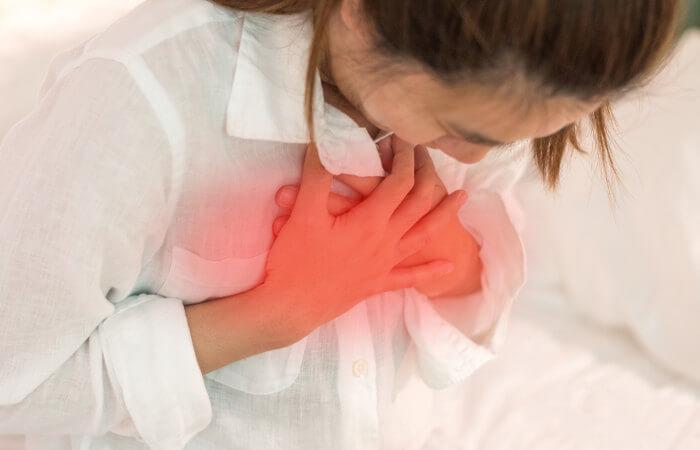 Dificuldade respiratória e dor torácica estão entre os principais sintomas da embolia pulmonar.