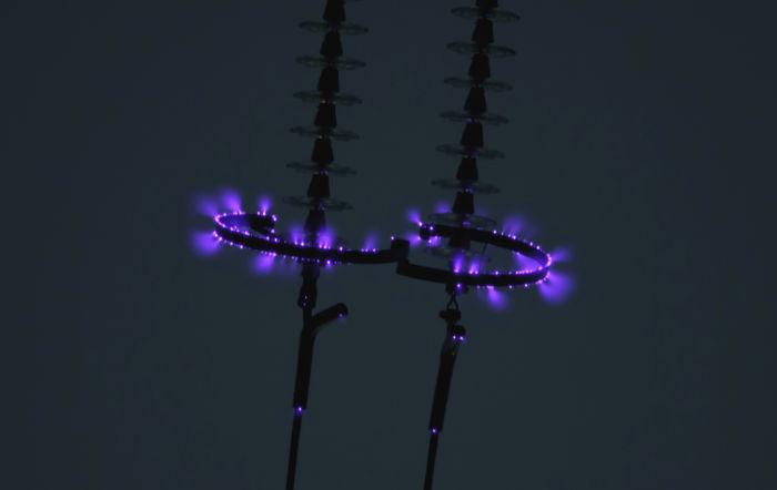 O efeito corona surge em fios de alta tensão, devido ao grande campo elétrico em sua volta.