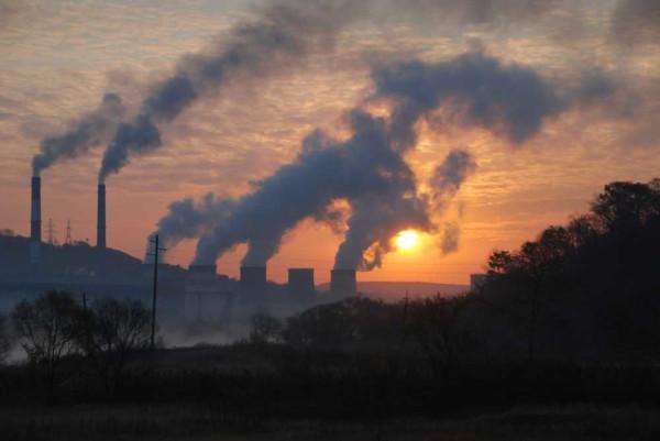 A emissão de gases de efeito estufa é proveniente, principalmente, de atividades industriais.