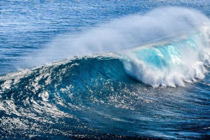 A força das ondas pode ser utilizada para a produção de eletricidade.