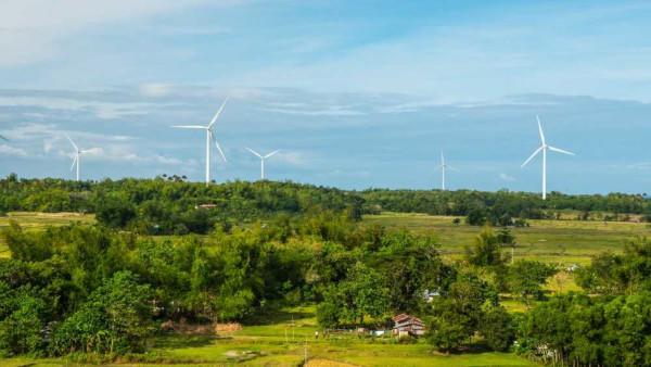Aerogeradores eólicos usados para geração de energia eólica, considerada limpa e inesgotável.