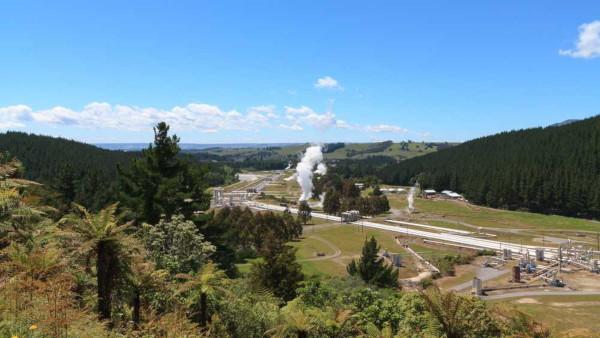 Vista panorâmica da estação de energia geotérmica instalada na Nova Zelândia.