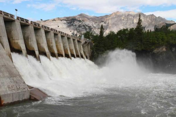 A energia obtida por meio de usinas hidráulicas é considerada limpa e barata, contudo, provoca impactos ambientais.