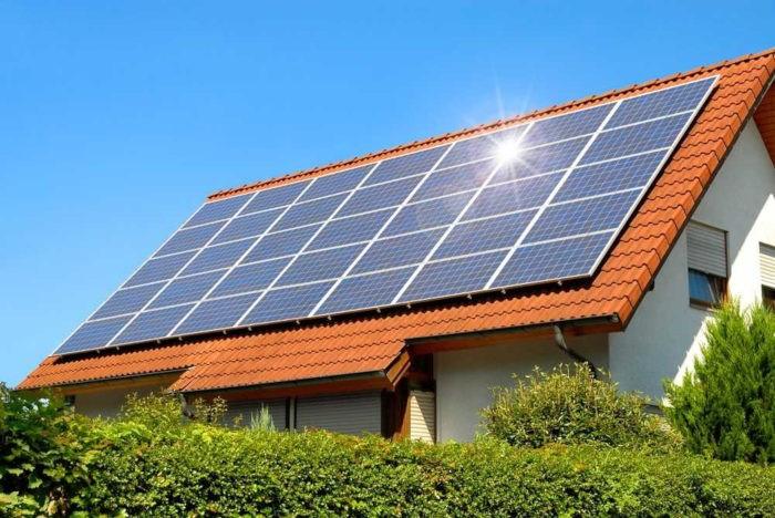 A energia solar, além de representar uma opção energética limpa, apresenta bom custo-benefício.