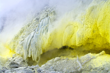 Reservas de enxofre no vulcão Monte Sinabung no Norte de Sumatra, na Indonésia