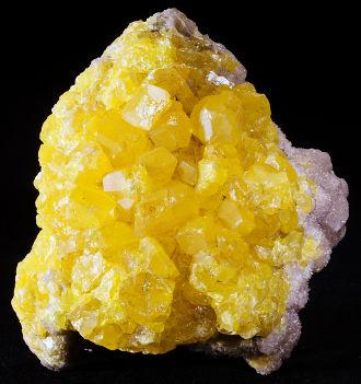 Imagem de uma pedra de enxofre rômbico