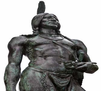 Estátua de Massasoit, um dos chefes dos Wampanoags. As populações indígenas foram exterminadas durante a colonização inglesa