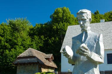 Escultura de Nikola Tesla em Smiljan, Croácia