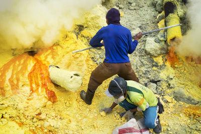 Enxofre sendo extraído de região vulcânica