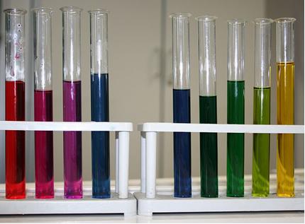 Soluções contendo extrato de repolho roxo funcionando como indicadores de pH