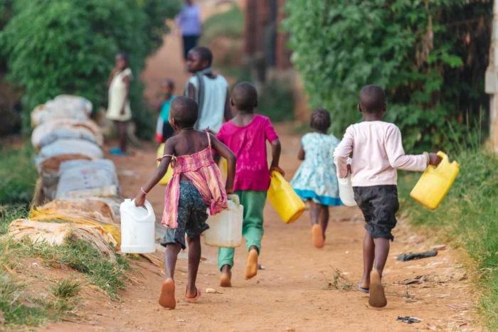 Diversos países no continente africano, como em Uganda, a população sofre com a falta de água.
