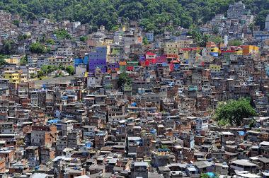 A expansão das favelas, invasões e áreas periféricas é um problema comum em várias megacidades