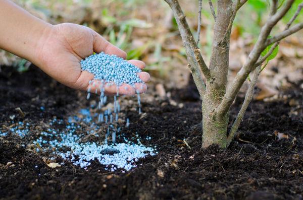 Alguns ácidos são usados no enriquecimento de minerais do solo