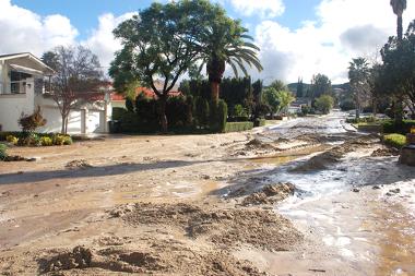 Fluxos de sedimentos invadindo as ruas de uma cidade