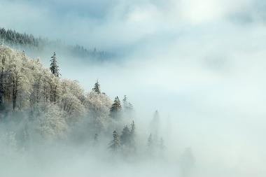 Formação de neblina em uma área de altitude