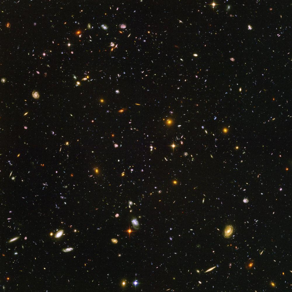 As galáxias da imagem acima se encontram a, pelo menos, 13,4 bilhões de anos-luz