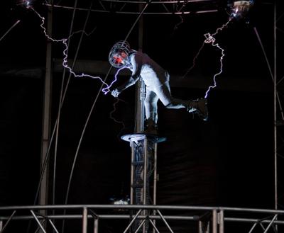 A roupa metálica impede que a pessoa da figura receba uma descarga elétrica