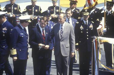 O presidente dos EUA, George Bush, com oficiais militares durante a operação Tempestade no Deserto.*