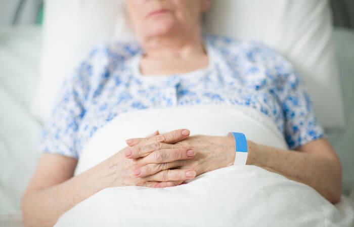 Idosos apresentam um risco maior de desenvolverem infecções mais graves.