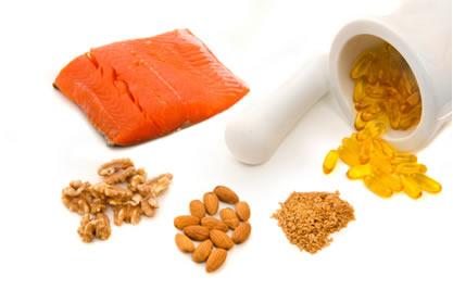 Os ácidos graxos essenciais ômega 3  podem ser encontrados em peixes gordurosos e em óleos de linhaça, canola e nozes