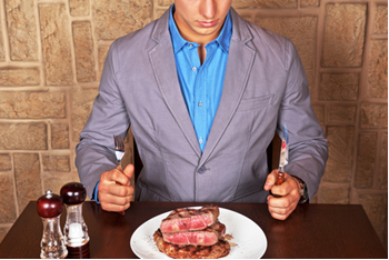 Comer muita carne não faz bem à saúde e ainda prejudica o meio ambiente