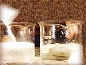 O comprimido efervescente em pó reage mais rápido que o inteiro porque apresenta maior superfície de contato