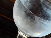 O vapor de água condensou ao entrar em contato com a taça à temperatura menor.