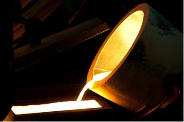 Os metais se fundem para produzir a liga metálica