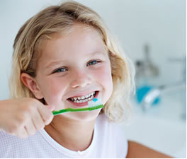 É importante escovar bem os dentes e utilizar produtos com fluoreto, para aumentar a resistência do esmalte dental.