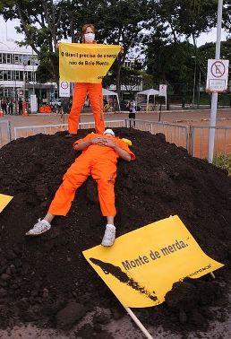 Ativistas do Greenpeace protestam contra a construção de Belo Monte