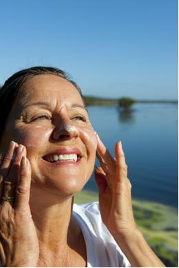 O uso de protetor solar é imprescindível para evitar danos à pele
