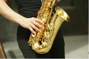 O latão usado para produzir o saxofone é uma solução sólida